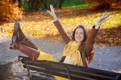 Mujer alegre del otoño en naturaleza Fotos de archivo