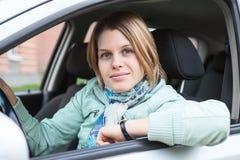 Mujer alegre del pelo rubio que se sienta en vehículo de pista Imagenes de archivo