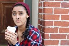 Mujer alegre en el café de consumición de la mañana de la calle en luz de la sol Imagenes de archivo