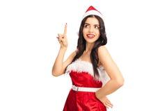 Mujer alegre en el equipo de Papá Noel que tiene una idea Foto de archivo libre de regalías