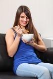 Mujer alegre en el país que come el cereal de desayuno imágenes de archivo libres de regalías