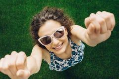 Mujer alegre en el parque Foto de archivo