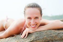 Mujer alegre en la playa Foto de archivo libre de regalías