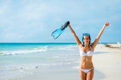 Mujer alegre en la playa tropical que bucea Imágenes de archivo libres de regalías