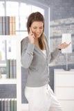 Mujer alegre en llamada de teléfono en el país Foto de archivo libre de regalías