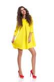 Mujer alegre en Mini Dress amarillo Foto de archivo
