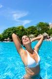 Mujer alegre en piscina tropical del centro turístico Foto de archivo libre de regalías