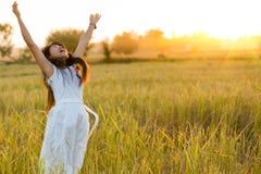 Mujer alegre en un campo Imagen de archivo libre de regalías