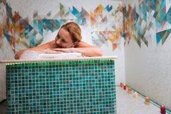 Mujer alegre encantada que disfruta del masaje de la espuma Fotos de archivo libres de regalías
