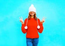 Mujer alegre feliz en un sombrero hecho punto, suéter rojo Imagenes de archivo
