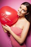 Mujer alegre hermosa con el globo del día de tarjetas del día de San Valentín Imagenes de archivo