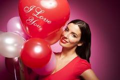 Mujer alegre hermosa con el globo del día de tarjetas del día de San Valentín Imagen de archivo libre de regalías