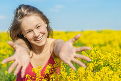 Mujer alegre hermosa en campo de la primavera Imagen de archivo libre de regalías