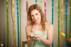 Mujer alegre hermosa en el interior colorido de pascua Imágenes de archivo libres de regalías