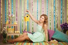 Mujer alegre hermosa en el interior colorido de pascua Imagen de archivo