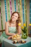 Mujer alegre hermosa en el interior colorido de pascua Fotografía de archivo libre de regalías