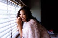 Mujer alegre hermosa encantadora del retrato Hermoso atractivo fotografía de archivo libre de regalías