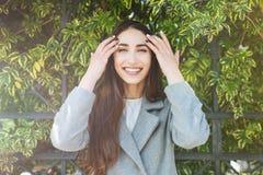 Mujer alegre hermosa joven que mira la cámara Imagen de archivo libre de regalías