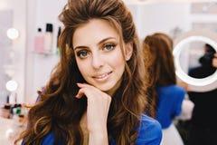 Mujer alegre joven del retrato del primer en camisa azul con el pelo moreno largo que expresa emociones positivas a la c?mara ade fotos de archivo libres de regalías