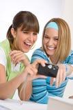 Mujer alegre joven dos con la cámara Foto de archivo libre de regalías