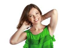 Mujer alegre joven en winth verde del vestido sus manos el al frente Fotos de archivo