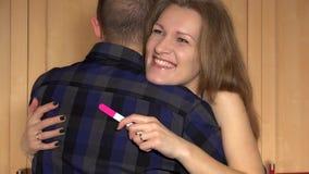 Mujer alegre joven que abraza a su hombre con la bomba positiva de la emoción en su cara metrajes