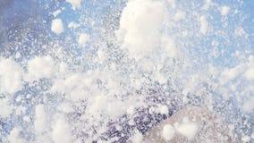 Mujer alegre joven que sopla en la nieve en las palmas almacen de metraje de vídeo
