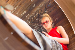 Mujer alegre joven que usa smarthphone Imagen de archivo