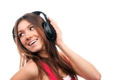 Mujer alegre que escucha y que disfruta de música Imagenes de archivo
