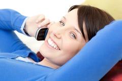 Mujer alegre que habla en el teléfono Imágenes de archivo libres de regalías