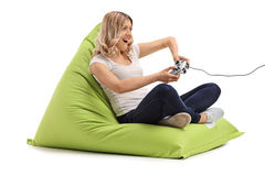 Mujer alegre que juega a los videojuegos Foto de archivo libre de regalías