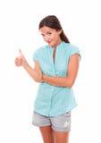 Mujer alegre que le mira con el pulgar para arriba Imágenes de archivo libres de regalías