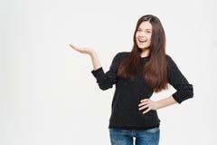 Mujer alegre que lleva a cabo el copyspace en la palma Fotografía de archivo libre de regalías