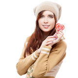 Mujer alegre que lleva a cabo el corazón de papel rojo Imagen de archivo