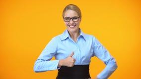 Mujer alegre que muestra los pulgares para arriba, recomendación del entrenamiento del negocio, logro almacen de metraje de vídeo