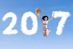 Mujer alegre que salta con 2017 Imagen de archivo libre de regalías