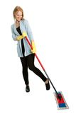 Mujer alegre que se divierte mientras que limpia Fotografía de archivo libre de regalías