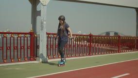 Mujer alegre que se divierte rollerblading en ciudad almacen de metraje de vídeo