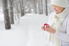 Mujer alegre que sostiene el regalo Fotos de archivo libres de regalías