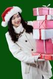 Mujer alegre que sostiene las cajas del regalo de Navidad Foto de archivo