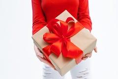 Mujer alegre que sostiene una caja con el regalo Foto de archivo libre de regalías
