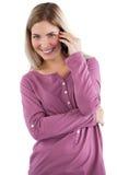 Mujer alegre que tiene llamada de teléfono Fotos de archivo