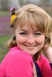 Mujer alegre rubia hermosa joven en f floreciente imagen de archivo libre de regalías