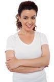 Mujer alegre sonriente con sus brazos cruzados imagen de archivo libre de regalías