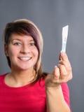 Mujer alegre y sorprendida que muestra la prueba de embarazo positiva Imagen de archivo
