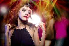 Mujer alta en las drogas en un club nocturno foto de archivo