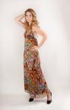 Mujer alta en vestido colorido Fotos de archivo libres de regalías