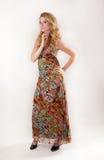 Mujer alta en vestido colorido Imagenes de archivo
