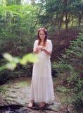 Mujer alta hermosa del adivino en el bosque Fotografía de archivo