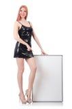 Mujer alta joven que lleva a cabo al tablero en blanco aislado encendido Imagen de archivo